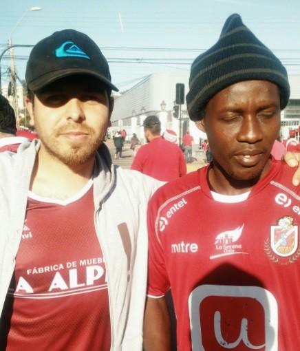 """Hincha de La Serena que asistió al estadio con un haitiano: """"Le regalé una camiseta para que se sintiera uno más"""""""